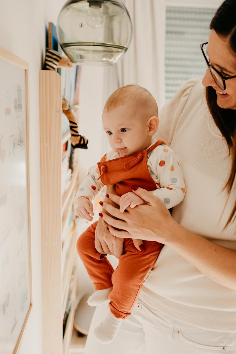 mama y bebe mirando un cuadro