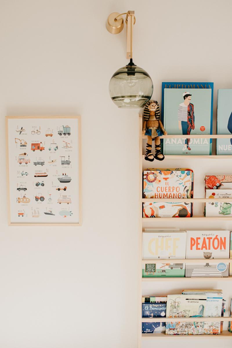 cuadro con abecedario y estantería con  libros